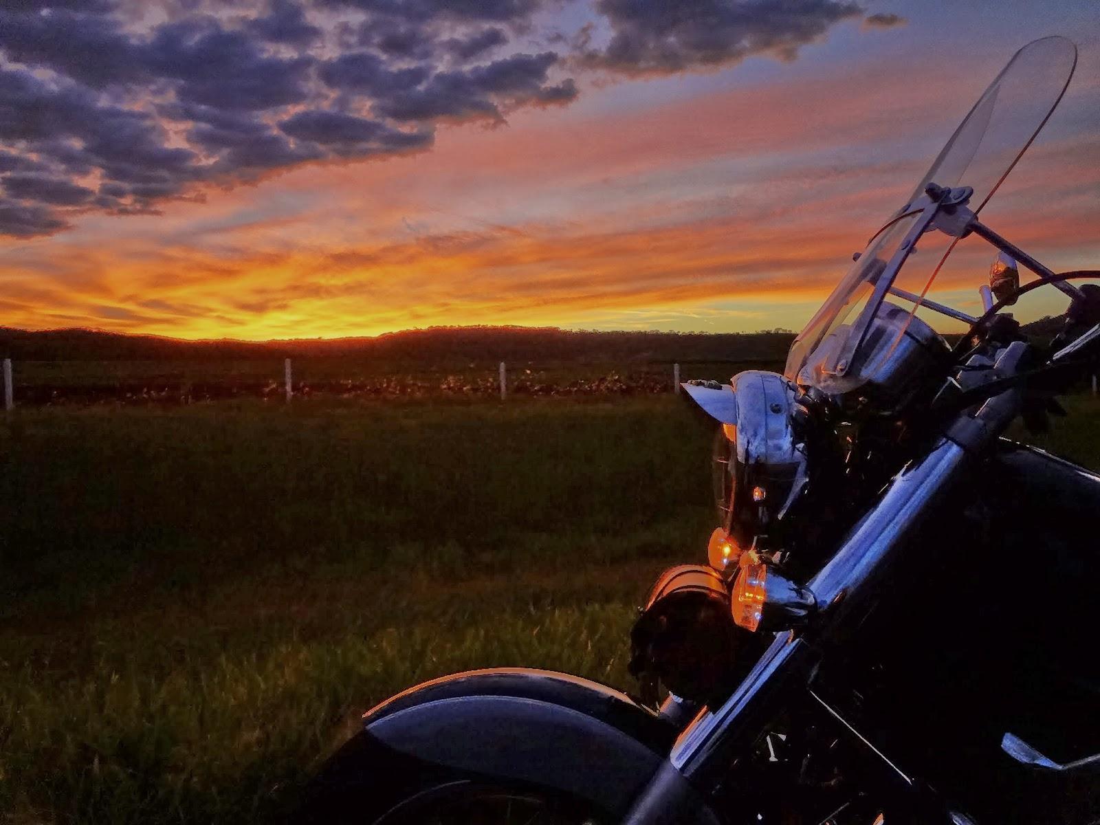 Relato da viagem de 2.700km em duas rodas pelo interior do Brasil. Uma viagem de moto por Goiás, Pirenópolis, Goiânia, Alexânia e Brasília.