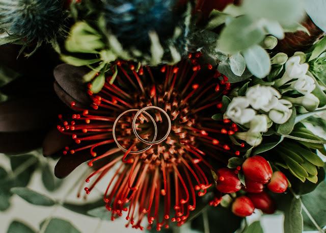 Ślubne detale: obrączki i bukiet ślubny.  Moose Wedding Fotografia