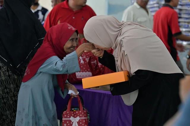 Penerima sumbangan terkejut tangan dicium isteri Menteri