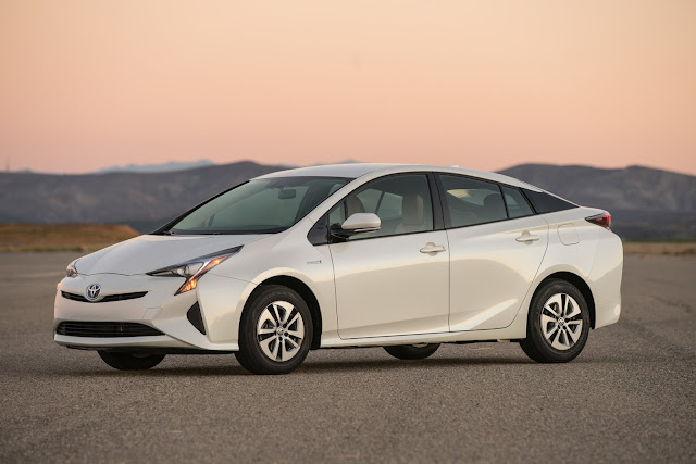 Front 3/4 view of 2016 Toyota Prius Two Eco