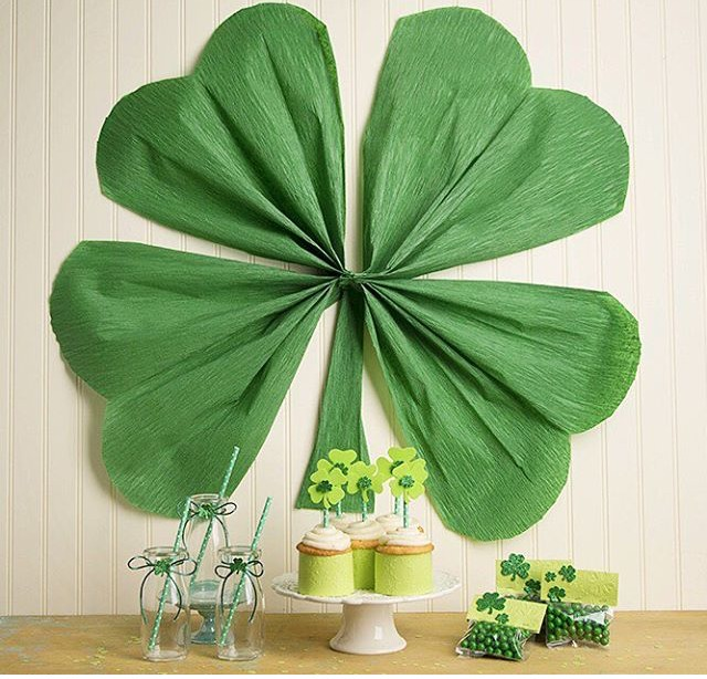 Awesome giant shamrock decor craft using crepe paper!