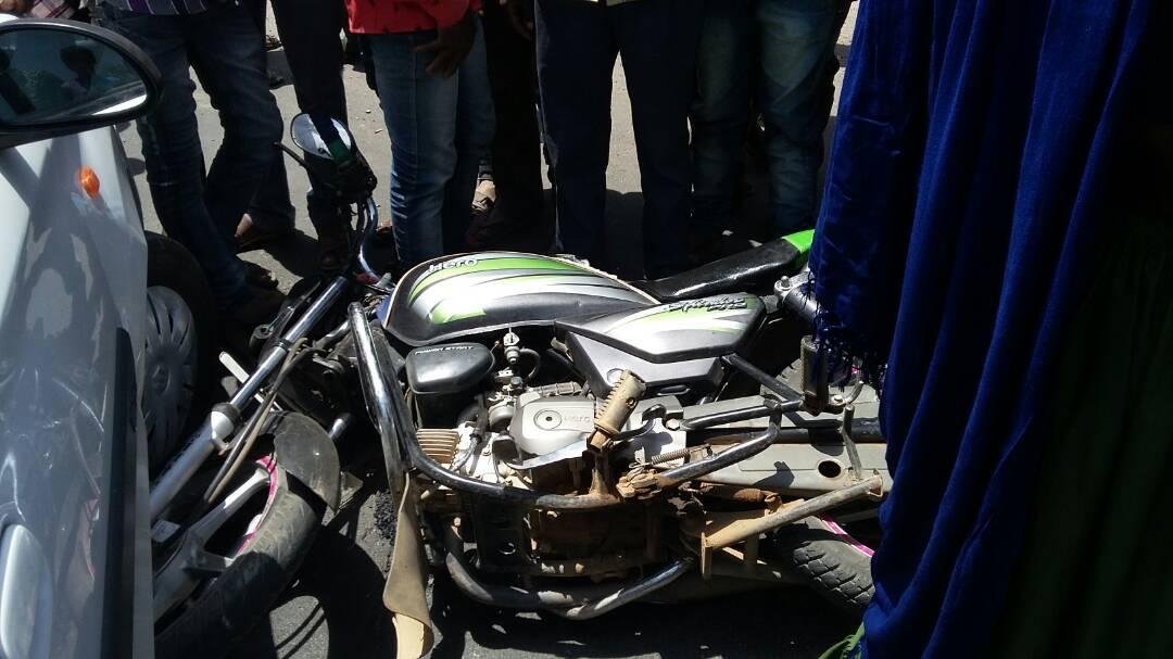 road-accident-Two-bikes-coming-out-of-speed-clashing-with-a-car-jhabua-तेज रफ़्तार से आ रही दो बाइक कार से भिड़ी, बड़ा हादसा टला