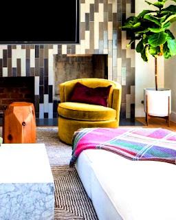 Perpaduan warna cerah selain membuat ruangan terkesan luas, akan membuat nyaman, contoh saja bantal dengan warna cerah dan sedikit bercampur motif pada kain/selimutnya akan menyenangkan penglihatan.