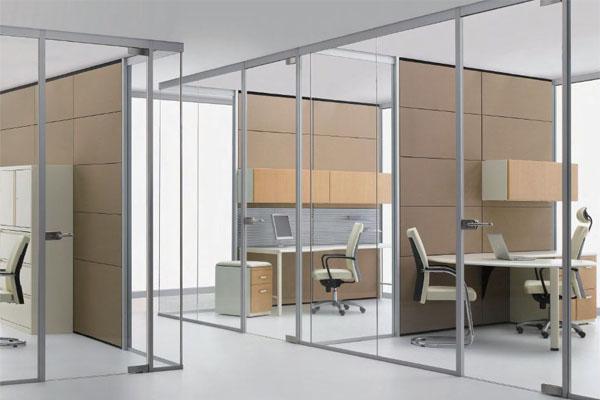 Vách ngăn nhôm kính với tấm kính trong suốt, có thể ngắm nhìn quang cảnh bên ngoài tạo sự thoải mái và thư thái khi làm việc.