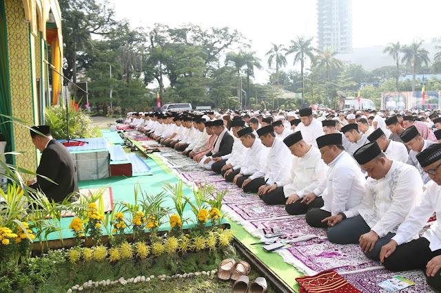 Sholat Idul Fitri di Lapangan Merdeka Medan,