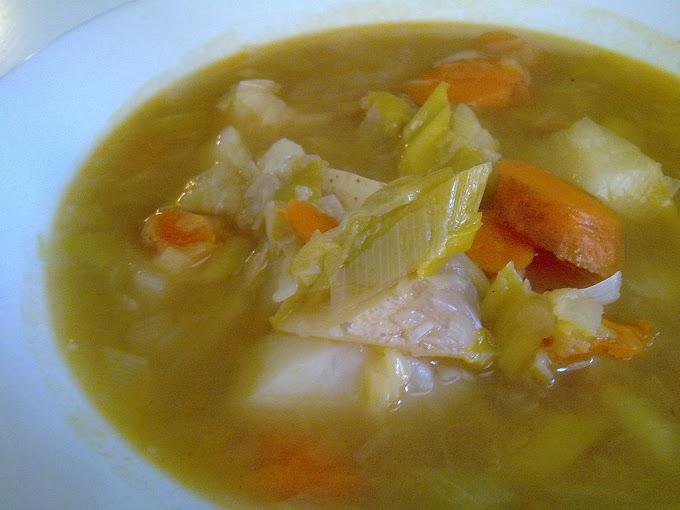 Purrusalda (caldo de puerros y bacalao) con zanahorias y patatas