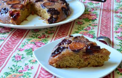 Gâteau à la farine de noisettes, au miel et aux quetsches