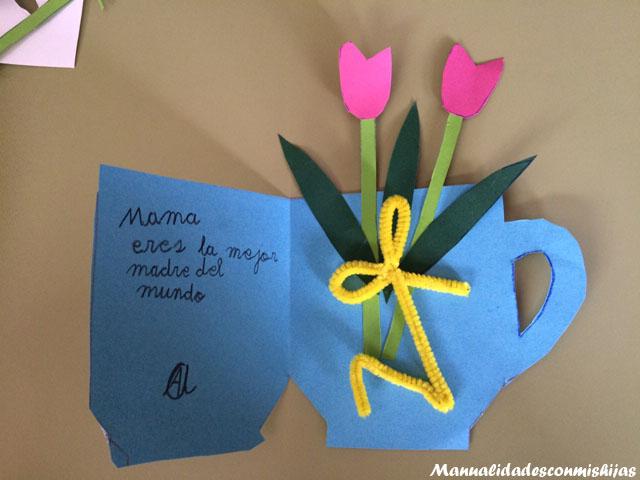 Manualidades-infantiles-Tarjeta-de-taza-con-flores