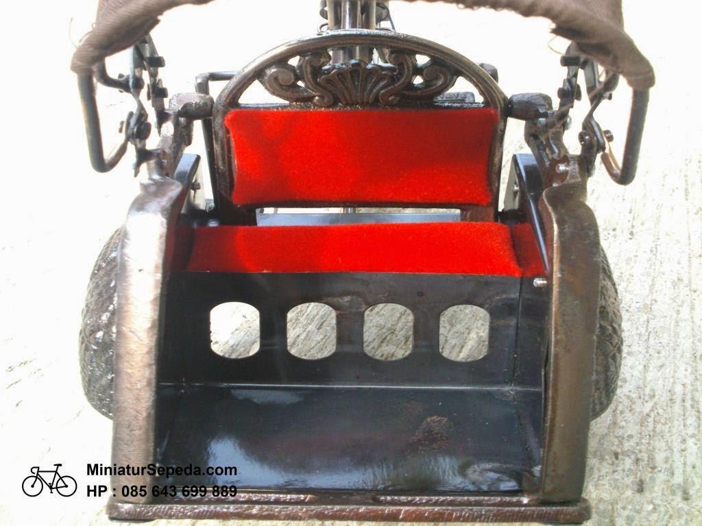 Miniatur Becak dari Koran