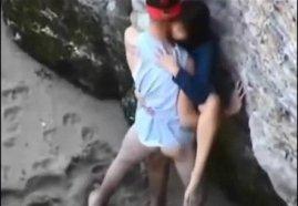 แอบถ่ายนักท่องเที่ยวมีเซ็กซ์กันที่ริมทะเลไทยหลังโขดหินของจริง โดนถ่ายคลิปไว้ได้