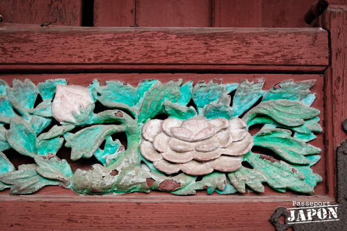 Détail d'un bas-relief à motifs fleuris polychromes, temple Sôfuku-ji, Nagasaki