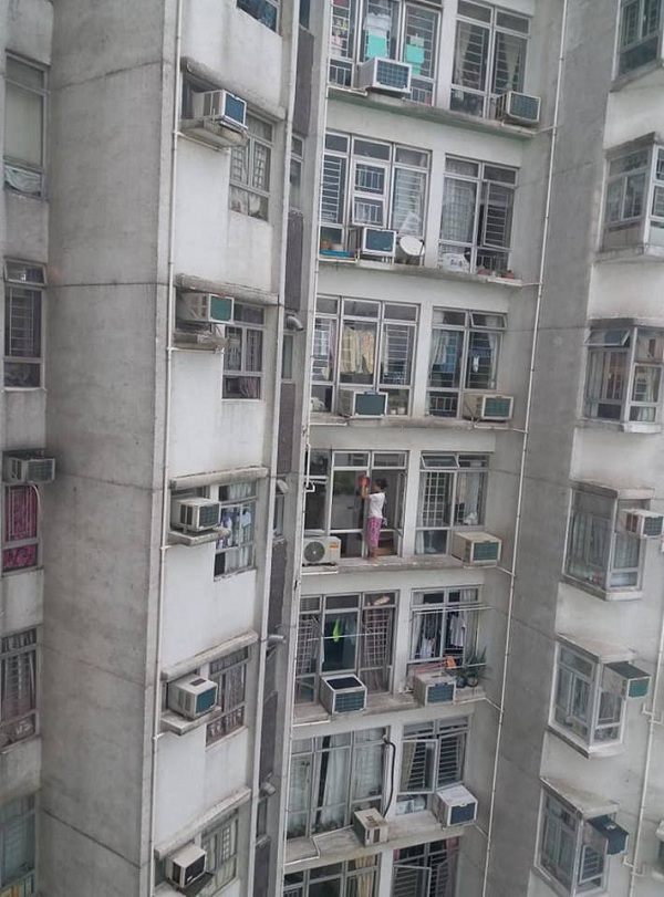 Despite gov't ban, HK domestic worker spotted cleaning 24-story ledge