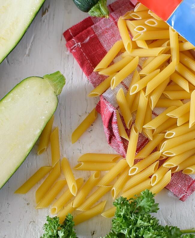 Ingredientes para la pasta penne zucchino a la carbonara: zucchini, bacon, crema de leche, pasta penne, queso parmesano, perejil