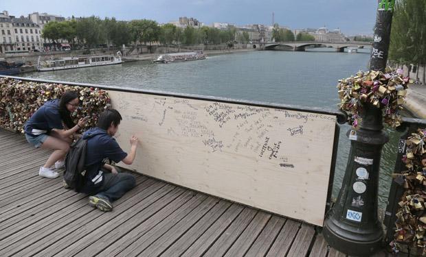 Colapso de la estructura del puente de los candados en Paris