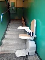 Używane krzesełko schodowe jako winda dla osoby niepełnosprawnej