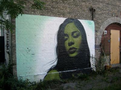 Arte Urbano mujer latina con cabello negro