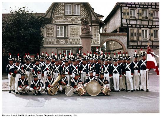 Die Bürgerwehr und Oald Bensem vor dem Hospitalbrunnen ca. 1978