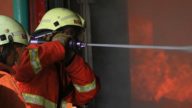 AGEN BOLA - Kebakaran Bikin Ludes 115 Kios Pasar Rawakalong Bekasi