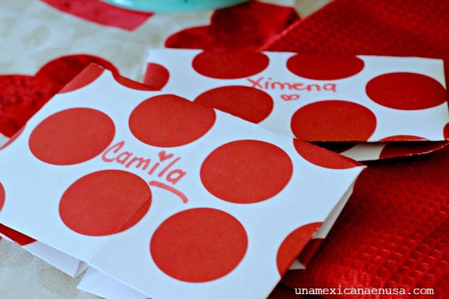 Sobres hechos con un corazón de papel de diseño de puntos rojos.