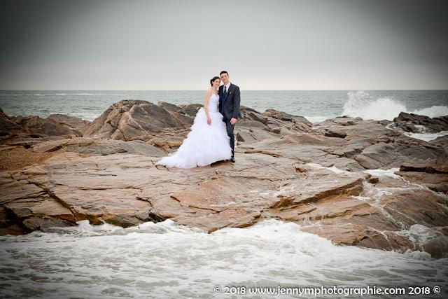 photo mariés sur les rochers au milieu des vagues, portrait à la plage
