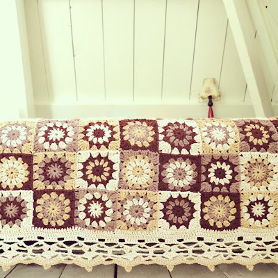 ByHaafner, crochet, plaid, throw, seventies vintage style, handmade, crochet, vintage wallpaper, granny squares, bed cover