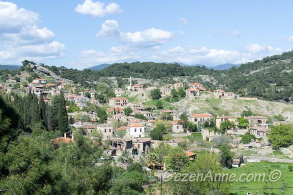 ormanların arasına gizlenmiş taş evli şirin Adatepe köyü