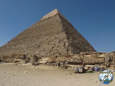Desde la base de la pirámide puede verse la cubierta de caliza fina