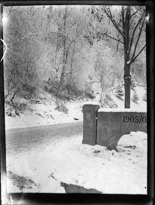 Teil einer Brücke in winterlicher Landschaft - nach 1905