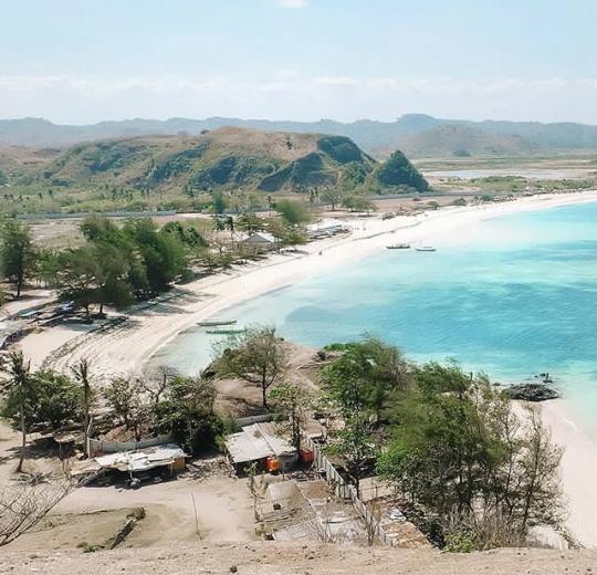 jalan menuju pantai pink lombok