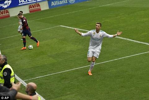 Ronaldo tỏa sáng với cú đúp giúp Real chiến thắng Eibar