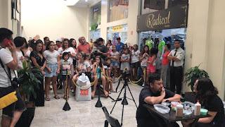 Populares assistiram no Shopping Registro o Vovô do Slime aprendendo a nova receita de Slime