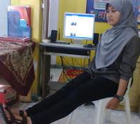 kaki lurus ke depan, olahraga di kantor untuk mengencangkan paha