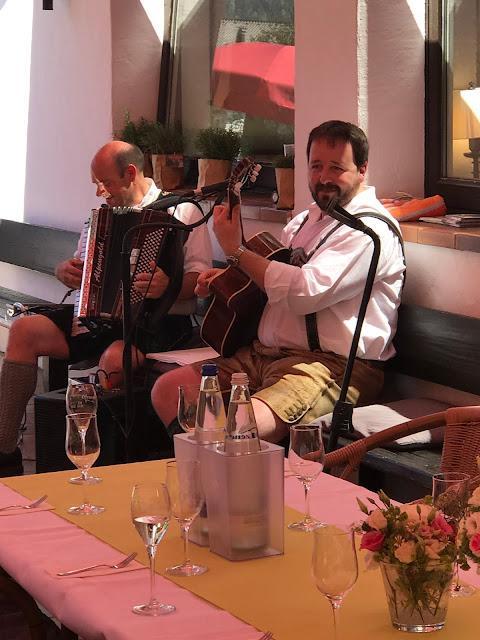 Koitaboch-Musi, bayerische Hochzeitsmusik Maigrün, Pink, Frühlingshochzeit in den Bergen am See, Hochzeitshotel Riessersee Hotel Garmisch-Partenkirchen, heiraten in Bayern, Hochzeitsplanerin Uschi Glas