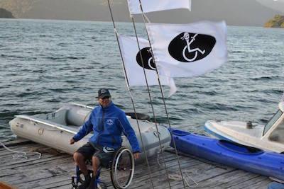 Hombre en silla de ruedas preparado para navegar