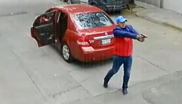 Cámaras captan a asaltantes disparando en calles de la CDMX.