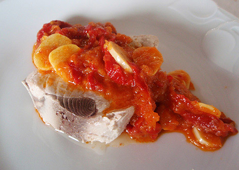 Bonito con pimientos asados y tomate