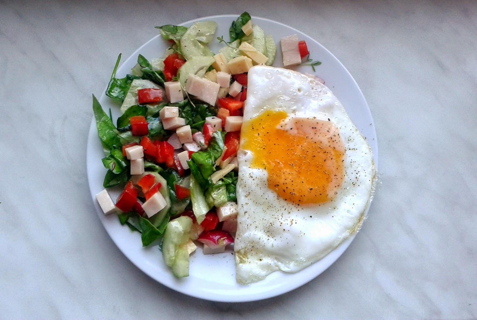 Jajka sadzone z sałatką z szynką z indyka
