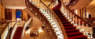 على السلالم الداخلية بين الأدوار أو فوق السطح :