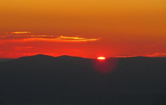 Babia Góra. Godzina 6.32. Ukazuje się rąbek tarczy słonecznej.