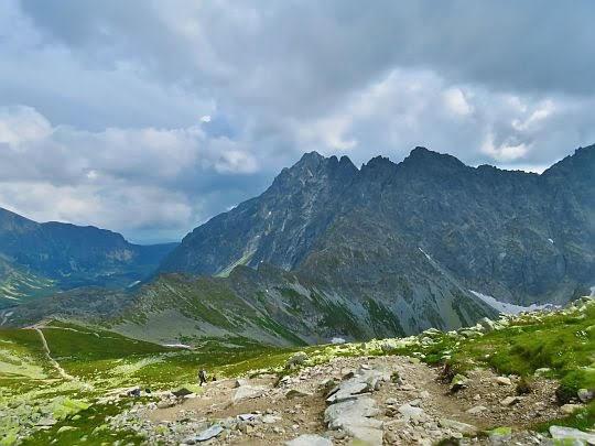 Widok zejścia na Wyżnią Koprową Przełęcz.