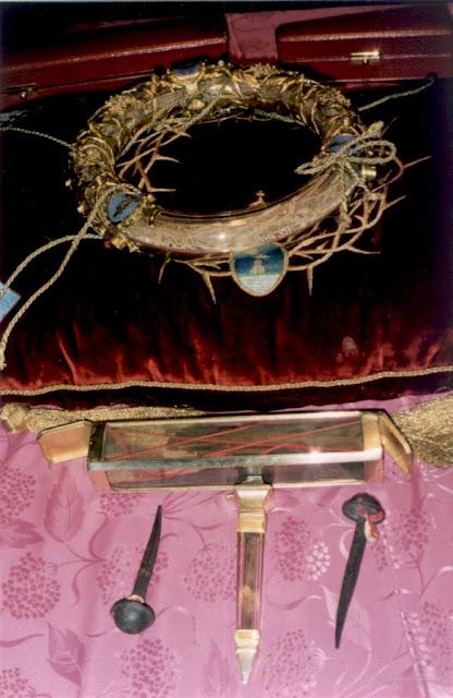 Τρία σπουδαία χριστιανικά κειμήλια της Παναγίας των Παρισίων, κάποτε στην Θεοτόκο του Φάρου: Ο Ακάνθινος Στέφανος, Τίμιο Ξύλο και Ήλος της Σταύρωσης.