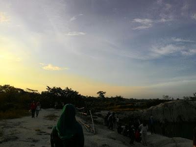 Indahnya langit sunset dari danau biru Cisoka