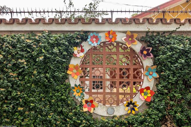 Abertura circular decorada em um muro