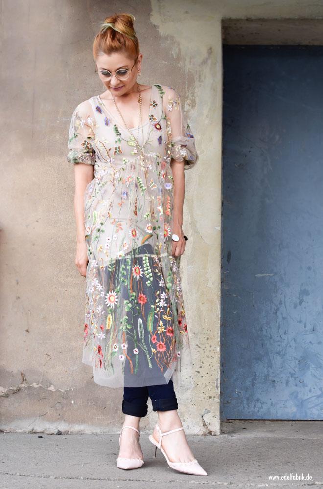 mit Blumen besticktes Mesh Kleid von H&M