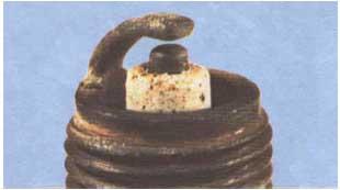Kondisi busi insulator putih melepuh atau elektroda mencair