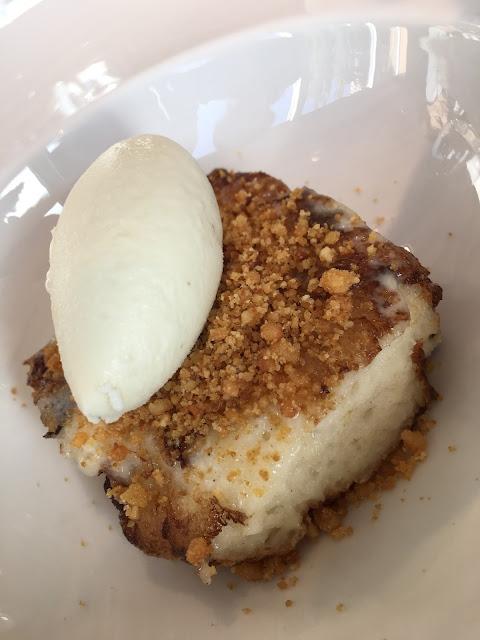 Torrija frita de miel con helado de tomillo limonero. Restaurante del museo de la Universidad de Navarra.
