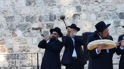 Los sacerdotes presentaron la primera cosecha de ofrecimiento a Dios en el Santo Templo