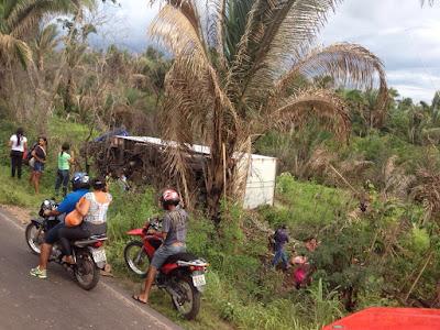 Caminhão tomba na MA-230 próximo ao Pantanal, em Chapadinha.