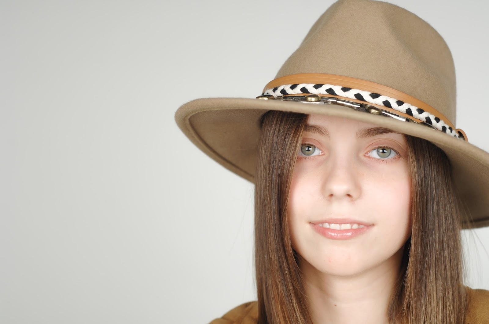 sombrero estilo indiana, sombrero panameño, accesorios zara.