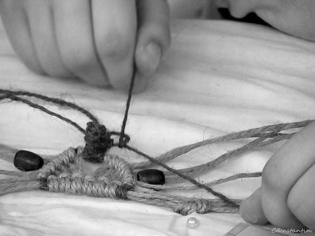 """Tabãra""""Micii meşteri din Copou"""" - împletituri din sfoarã-tehnica nodurilor - blog FOTO-IDEEA"""